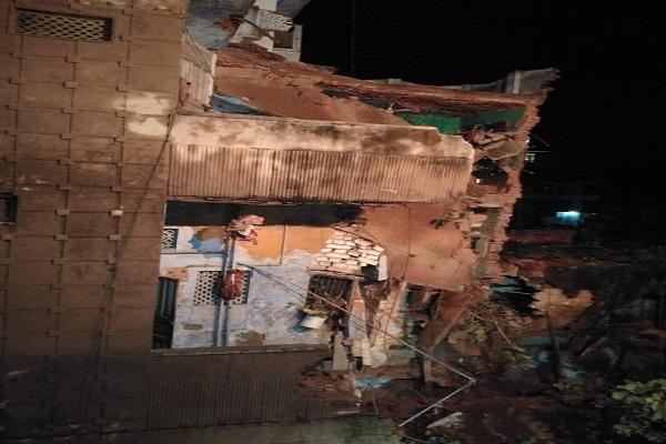 कानपुर में आफत की बारिश, चार मंजिला इमारत ढहने से मां-बेटी दबे, रेस्क्यू जारी